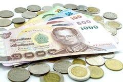 Billets de banque et pièces de monnaie de la Thaïlande d'isolement Photo libre de droits