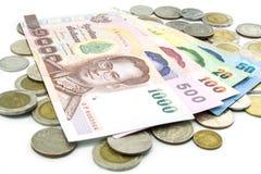 Billets de banque et pièces de monnaie de la Thaïlande d'isolement Photographie stock libre de droits