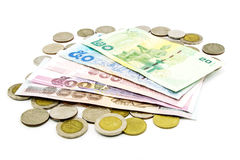 Billets de banque et pièces de monnaie de la Thaïlande d'isolement Photos libres de droits