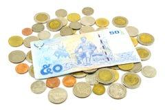 Billets de banque et pièces de monnaie de la Thaïlande d'isolement sur le blanc Images libres de droits