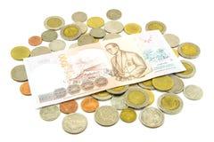 Billets de banque et pièces de monnaie de la Thaïlande d'isolement sur le blanc Photos libres de droits
