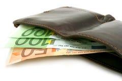 Billets de banque euro dans la bourse brune en cuir Image libre de droits