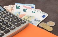Billets de banque de gestion de comptabilité et d'entreprise, billets de banque d'andEuro de calculatrice sur le fond en bois Pho Photographie stock
