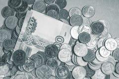 Billets de banque russes d'argent et cadre noir et blanc de pièces de monnaie Photo libre de droits