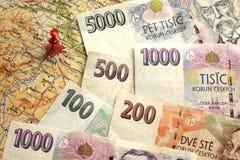 Billets de banque tchèques d'argent sur la carte de la République Tchèque Photographie stock libre de droits