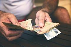 Billets de banque vietnamiens de papier, billets de banque dans les mains d'un homme, finances d'argent liquide, fond images stock