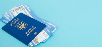 Billets de passeport et d'avion sur un fond bleu blanc vide de maquette, l'espace de copie photographie stock