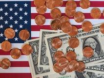 Billets du dollar et monnaie et drapeau des Etats-Unis Photo libre de droits