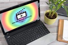 Billets en ligne de film achetant le concept sur un ordinateur portable image stock