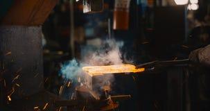 Billetta calda del metallo sull'incudine immagine stock