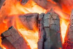 Billette brucianti del fuoco di collegamento in camino Fotografia Stock Libera da Diritti