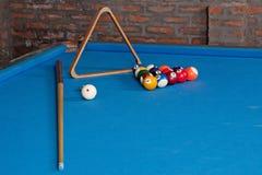 billi 撞球和暗示在蓝色桌上 免版税库存照片