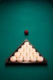 Billiard eingestellt auf grüne Tabelle stockbild