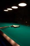 Billiard eingestellt auf grüne Tabelle stockfoto