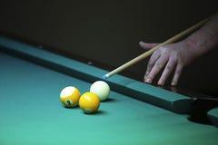 billiard la mano con l'indicazione prepara colpire una palla fotografia stock