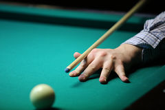billiard a mão com sugestão prepara-se para bater uma bola imagem de stock