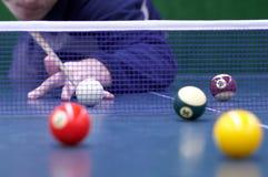 Billiard wird auf Ping-pongtabelle gespielt Lizenzfreies Stockbild