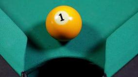 Billiardboll nummer ett som faller in i hålet arkivfilmer