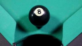 Billiardboll nummer fyra som faller in i hålet lager videofilmer