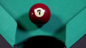 Billiardboll nummer 7 som faller in i hålet stock video