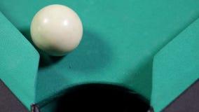 Billiardboll nummer 8 som faller in i hålet arkivfilmer