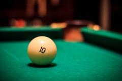 Billiardboll på pöltabellen Royaltyfri Foto