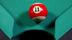 Billiardboll som faller in i hålet för billiardtabell lager videofilmer