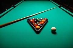 Billiardbollar i en pöltabell Arkivfoto