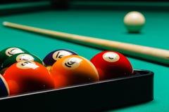 Billiardbollar i en pöltabell Arkivfoton