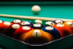 Billiardbollar i en pöltabell Royaltyfri Fotografi
