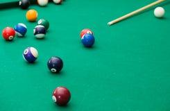 Billiardbollar på den gröna tabellen med billiardstickrepliken, snooker, pölG Arkivfoton