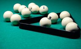 Billiardbollar på en billiardtabell Arkivbild