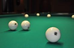 Billiardbollar på en grön torkduk Arkivbilder