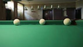 Billiardbollar rullar in i facket stock video