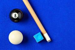 Billiardbollar, stickreplik och krita i en blå pöltabell Royaltyfri Fotografi