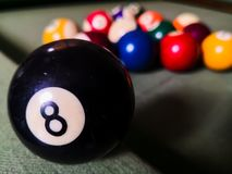 Billiardbollen numrerade åtta, eller boll 8 har skrockfull perceivement Övernaturligt eller vidskepelse i västland arkivfoton