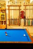 Billiardklubba med blå indikation och trofén för pöltabell Arkivbilder