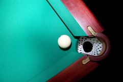 Billiardkugel nahe einer Billiardtasche stockfotografie