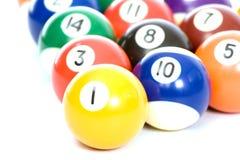 Billiardkugeln angeordnet auf einem weißen Hintergrund lizenzfreie stockfotos