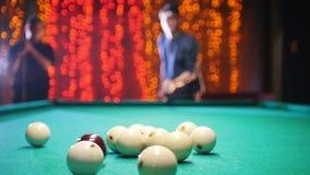 Billiards klub Mężczyzny ciupnięcie i celowanie piłka Gra początki zdjęcie wideo