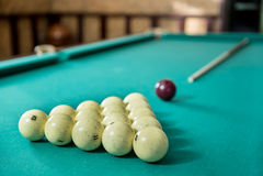 Billiards wskazówka na stole i piłki Zdjęcie Royalty Free