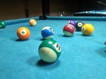Billiardspiel auf Pooltabelle stockfotos