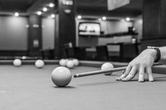 Billiardstickreplik som siktar på en boll arkivbild