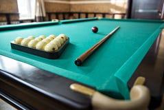 Billiardtabell med bollar och stickreplikpinnar Royaltyfri Foto