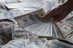 Billie-Dollar in der Hand lizenzfreie stockfotos