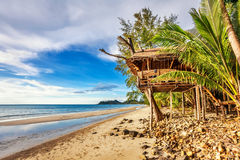 Billiga bungalower på en tropisk strand Fotografering för Bildbyråer
