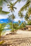 Billiga bungalower på en tropisk strand Arkivfoton