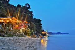 Billiga bungalower på en tropisk strand Arkivbild