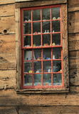Billiga prydnadssaker i ett gammalt fönster Royaltyfri Bild