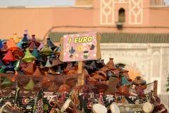 Billige Andenken luden auf einem Warenkorb in Marrakesch, Marokko Stockfotografie